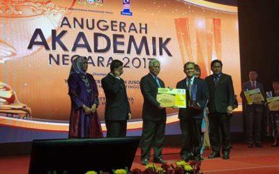 Prof Dr Mohamad Roji Sarmidi memenangi Anugerah Inovasi Dan Pengkomersilan Produk dalam AAN ke 11